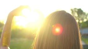 Mani del cuore di tramonto La donna modella il cuore con consegna il sole sull'alba o sul tramonto di estate della natura Ragazza archivi video