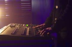 Mani del DJ da musica mescolantesi in un randello Immagini Stock Libere da Diritti