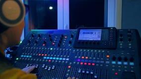 Mani del DJ femminile alle piste mescolantesi mescolantesi della console alla discoteca stock footage
