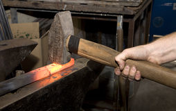 Mani del fabbro tramite il lavoro Fotografia Stock