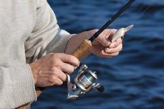 Mani del fishman con la filatura Immagine Stock