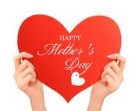 Mani del fondo due di giorno di madre che tengono cuore rosso. Fotografia Stock Libera da Diritti