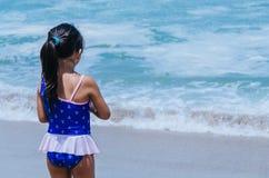 Mani del gioco della bambina con la sabbia immagini stock libere da diritti