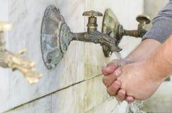 Mani del lavaggio nella via immagini stock