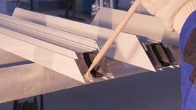 Mani del lavoratore che per mezzo di un tubo del silicone per la riparazione della finestra dell'interno Dettagli della finestra  Immagini Stock