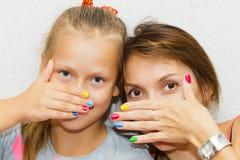 Mani del manicure della figlia e della madre immagini stock libere da diritti