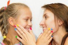 Mani del manicure della figlia e della madre immagini stock
