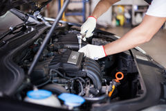 Mani del meccanico di automobile fotografia stock libera da diritti