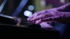 Mani del musicista che giocano tastiera di concerto stock footage