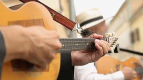 Mani del musicista della via che giocano professionale chitarra, musica tradizionale archivi video