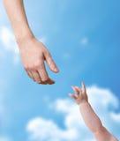 Mani del padre e del bambino che allungano l'un l'altro Fotografia Stock Libera da Diritti