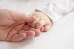 Mani del padre e di piccolo bambino Fotografie Stock