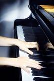 Mani del pianista del piano che giocano musica. fotografia stock libera da diritti