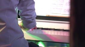 Mani del pianista di musica del piano che giocano 4K video d archivio