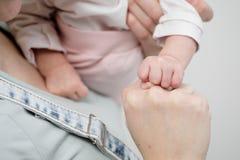 Mani del primo piano del bambino e della madre su un fondo bianco fotografie stock libere da diritti