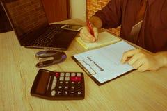 Mani del ragioniere con il calcolatore e la penna Fondo di contabilità Fotografia Stock Libera da Diritti