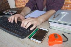 Mani del ragioniere con il calcolatore e la penna Fondo di contabilità Fotografie Stock Libere da Diritti