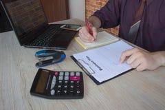 Mani del ragioniere con il calcolatore e la penna Fondo di contabilità Fotografie Stock