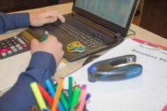 Mani del ragioniere con il calcolatore e la penna Fondo di contabilità Uomo d'affari facendo uso di un calcolatore per calcolare  Immagini Stock Libere da Diritti
