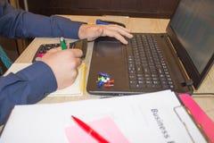 Mani del ragioniere con il calcolatore e la penna Fondo di contabilità Uomo d'affari facendo uso di un calcolatore per calcolare  Fotografia Stock