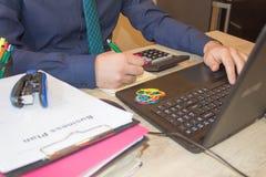 Mani del ragioniere con il calcolatore e la penna Fondo di contabilità Uomo d'affari facendo uso di un calcolatore per calcolare  Fotografie Stock