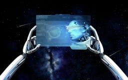 Mani del robot con il cyborg sul pc della compressa sopra spazio Fotografie Stock
