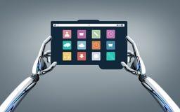 Mani del robot con le icone del menu sullo schermo del pc della compressa Fotografie Stock