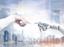 Mani del robot e dell'essere umano che raggiungono fuori, città Immagini Stock Libere da Diritti