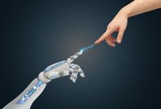 Mani del robot e dell'essere umano che raggiungono l'un l'altro Immagini Stock