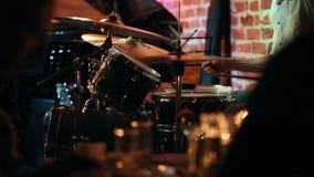 Mani del ` s degli uomini nel telaio, giocante i tamburi stock footage