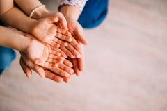 Mani del ` s dei bambini nelle mani dei genitori Primo piano di piccolo chil Fotografia Stock