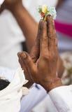 Mani del ` s dell'uomo che pregano Bali fotografie stock libere da diritti