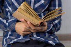 Mani del ` s dell'uomo con il libro Immagine Stock Libera da Diritti