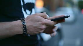 Mani del ` s dell'uomo con la chiacchierata dello smartphone video d archivio