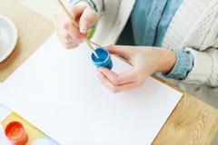 Mani del ` s della donna con il disegno bianco del manicure Fotografie Stock Libere da Diritti