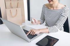 Mani del ` s della donna facendo uso del registro della carta di credito e dello sho online di pagamenti Fotografia Stock Libera da Diritti