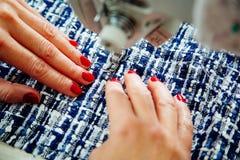 Mani del ` s delle donne sul lavoro con la macchina per cucire Immagini Stock Libere da Diritti