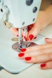 Mani del ` s delle donne sul lavoro con la macchina per cucire Fotografia Stock Libera da Diritti