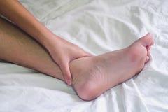 Mani del sesso sul letto, concetto dell'amante delle coppie circa amore, sesso fotografia stock