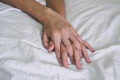 Mani del sesso sul letto, concetto dell'amante delle coppie circa amore, sesso e fotografie stock