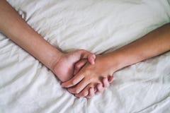 Mani del sesso sul letto, concetto dell'amante delle coppie circa amore, sesso e fotografie stock libere da diritti