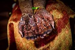 Mani del tatuaggio del hennè Fotografie Stock Libere da Diritti
