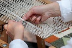 Mani del tessitore del telaio a mano Fotografie Stock Libere da Diritti