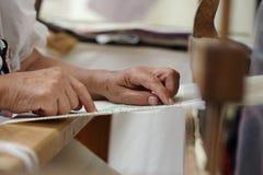 Mani del tessitore del telaio a mano Fotografia Stock