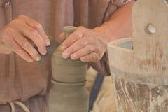 Mani del vasaio sul lavoro Fotografia Stock