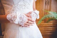 Mani delicate di una sposa Fotografie Stock