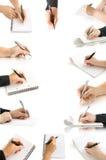 Mani dell'accumulazione con la penna e scrittura alla pagina Immagini Stock