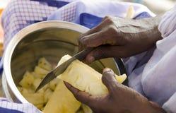 Mani dell'ananas indiano di taglio della donna Immagini Stock