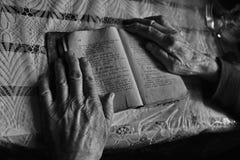 Mani dell'anziana Fotografia Stock Libera da Diritti