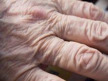 Mani dell'anziana Immagine Stock